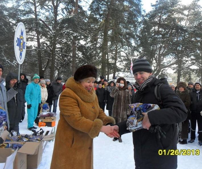 Председатель обкома Гальцева Т.В.  вручает награду Боровику В.