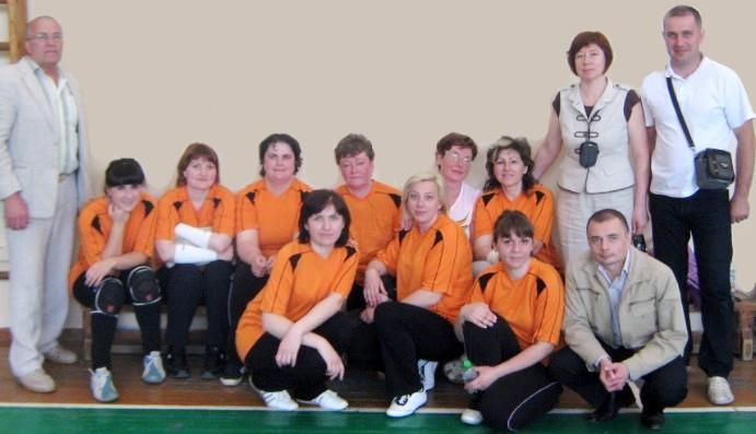 Команда Гродненской Фармации по волейболу и болельщики.