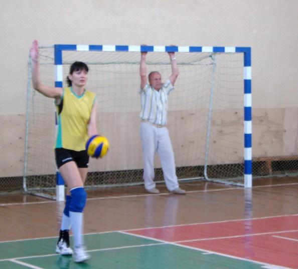 Михаил Козыро активно принимал участие в соревновании:  болел за наших, а также подавал командам мячи.
