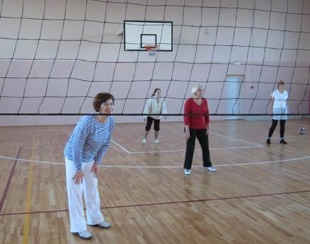 Женская команда в ожидании мяча