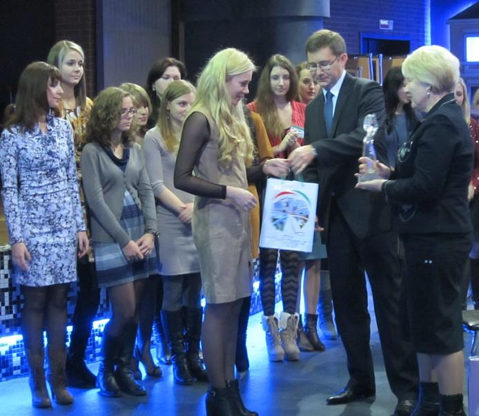 Подарки вручает генеральный директор Щука А.И., сувениры самый мудрый аптекарь Петрище Г.М