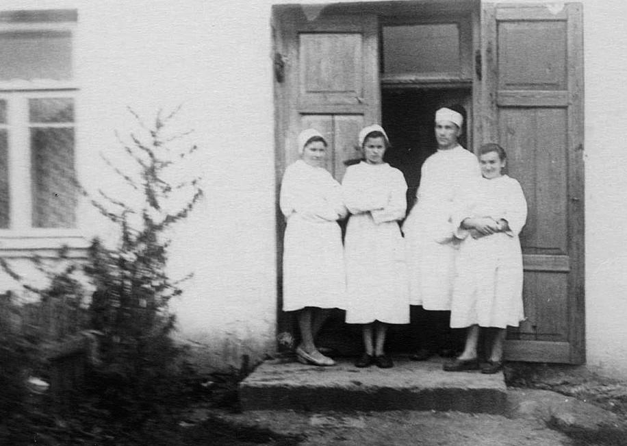 Коллектив Сольской аптеки с заведующим Штемплевским В.И., 1961 год