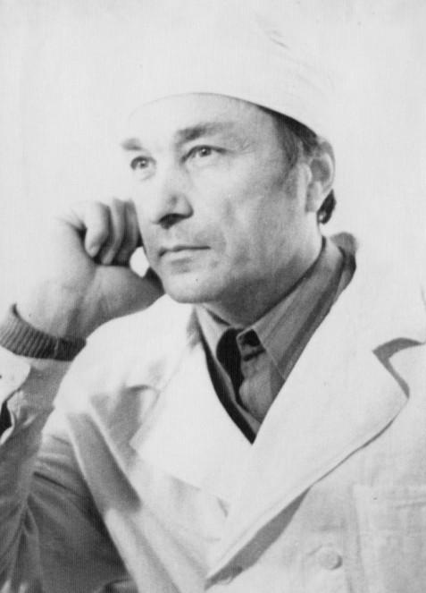 Очень шел Владимиру Иосифовичу белый халат и медицинская шапочка