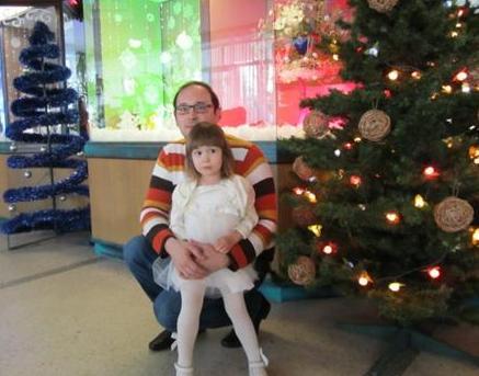 Муж Петр с дочерью Ариной на новогоднем утреннике нашего предприятия.