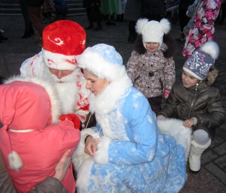 Пока мама работала, дети Вера и Полина шубку держали, чтоб не испачкалась