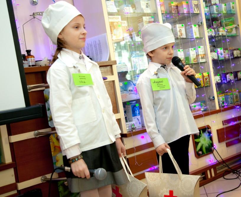 Будущий провизор Аня и будущий зав.аптекой Андрей читают стихи, а в медицинских сумочках у них – чаша и змея – символы Фармации