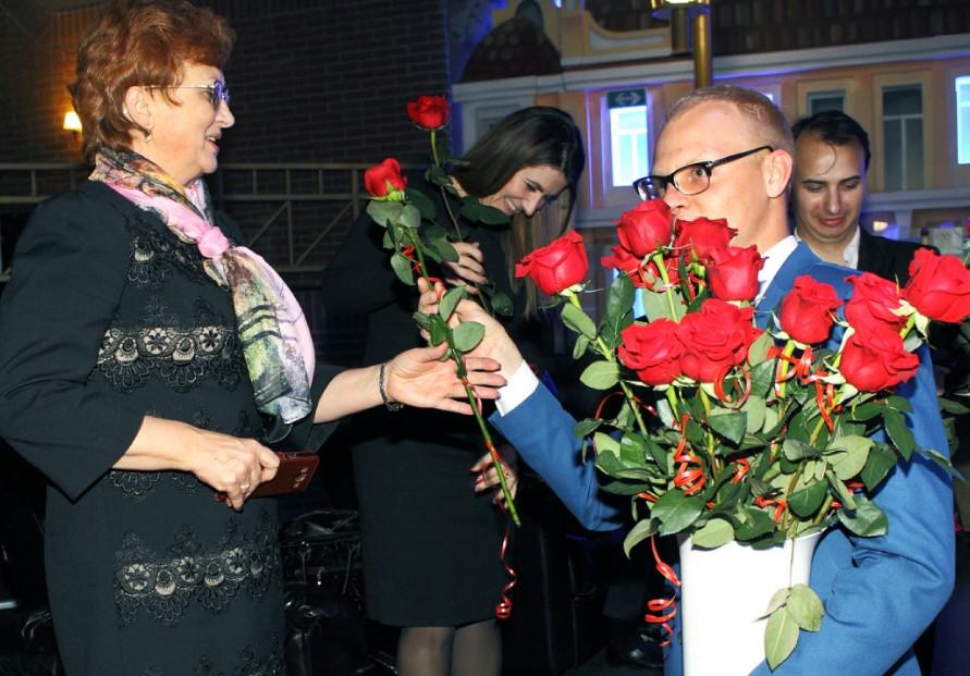вручают цветы